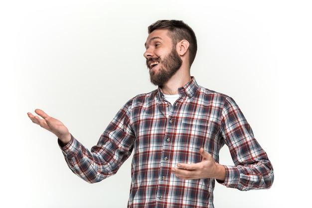 Młody mężczyzna patrząc w lewo