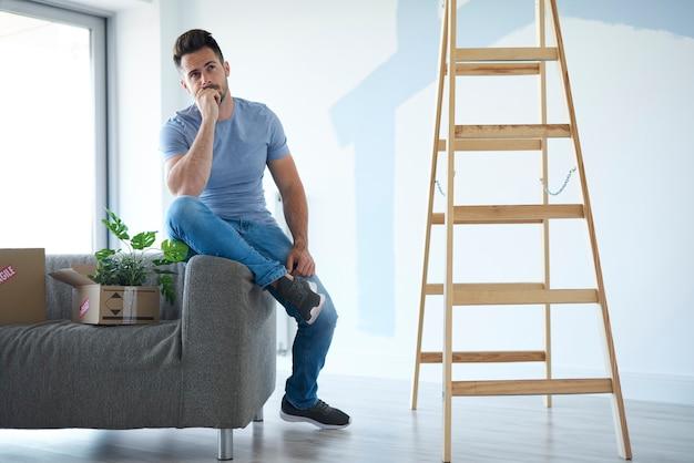 Młody mężczyzna planujący nowe mieszkanie