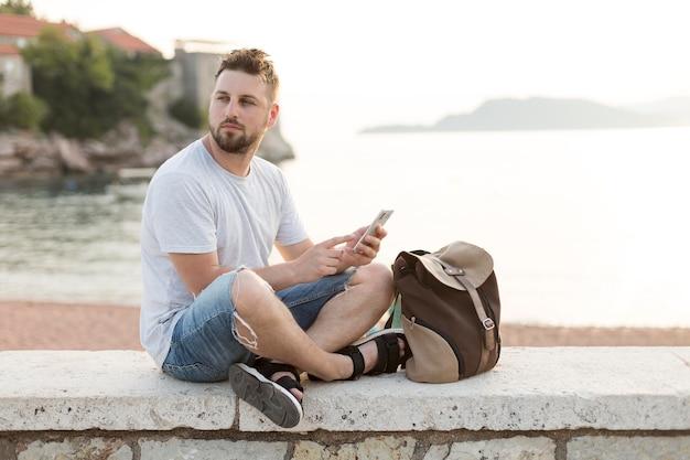 Młody mężczyzna podróżnik w czarnogórze