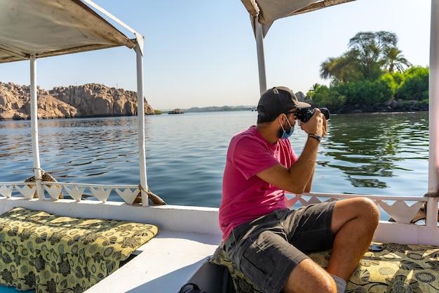 Młody mężczyzna podróżujący łodzią po nilu w egipcie