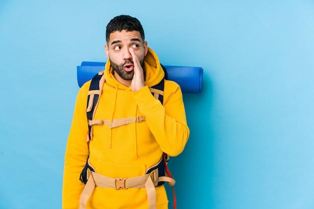 Młody mężczyzna podróżujący z plecakiem arabski podróżnik mówi tajne gorące hamowanie wiadomości i patrzy na bok