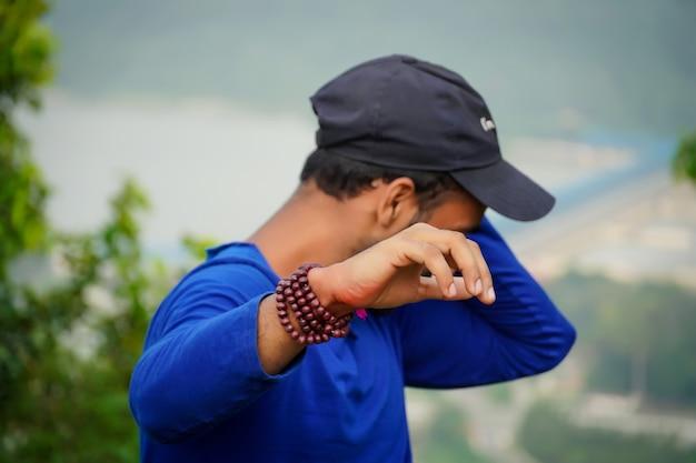 Młody mężczyzna pokazujący rękę