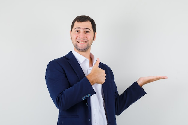 Młody mężczyzna pokazuje kciuk do góry