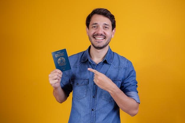 Młody mężczyzna posiadający paszport