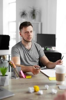 Młody mężczyzna pracujący w biurze