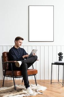 Młody mężczyzna pracujący w domu w przytulnej czytelni