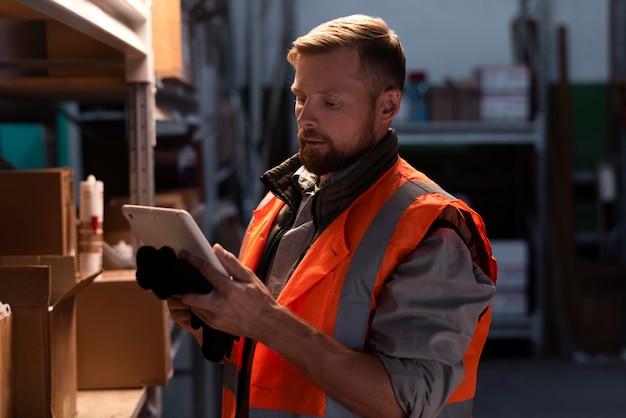 Młody mężczyzna pracujący w magazynie