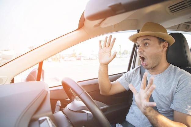 Młody mężczyzna prowadzący samochód wstrząśnięty o wypadku drogowym