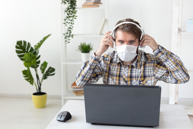 Młody mężczyzna przygotowuje się do pracy w domu