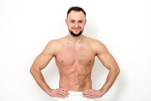 Młody mężczyzna rasy kaukaskiej z nagą klatką piersiową przed i po woskowaniu włosów stoi