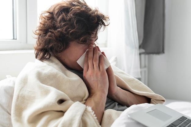 Młody mężczyzna rozmawia z lekarzem w internecie