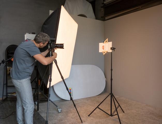 Młody mężczyzna sfotografowany w studio. niezamierzona fotografia