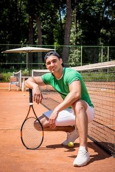 Młody mężczyzna sportowe na korcie tenisowym