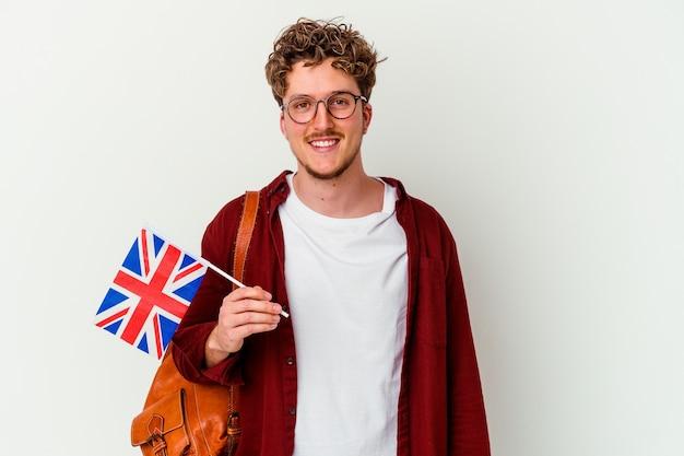 Młody mężczyzna student nauki angielskiego na białym tle na białej ścianie szczęśliwy, uśmiechnięty i wesoły.
