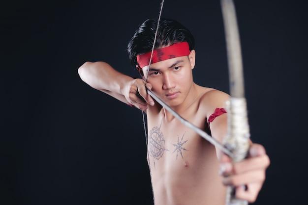 Młody mężczyzna tajlandia wojownik pozowanie w pozycji walki z kokardą
