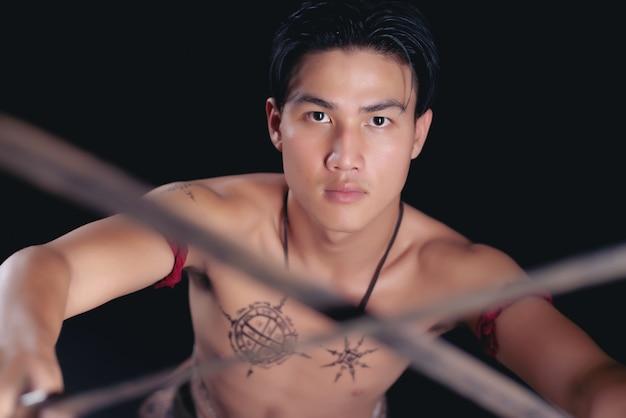 Młody mężczyzna tajlandia wojownik pozujący w walce z mieczem