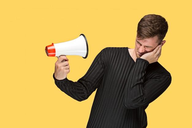 Młody mężczyzna trzyma megafon