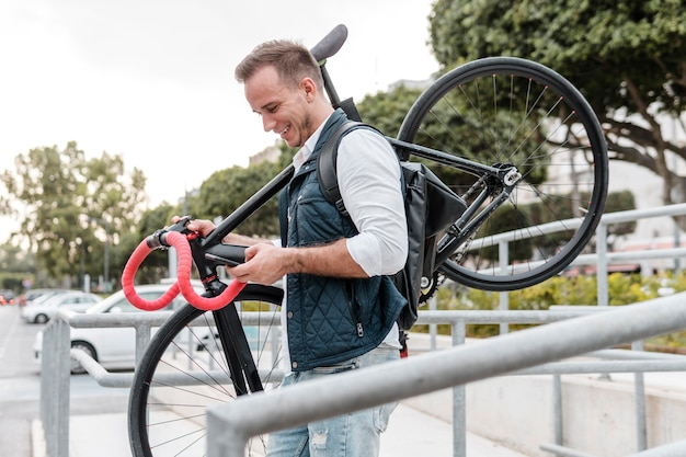 Młody mężczyzna trzyma rower