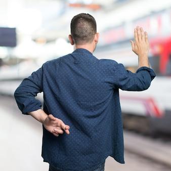 Młody mężczyzna ubrany w niebieski strój. oszukiwanie.
