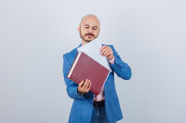 Młody mężczyzna umieszcza plik w folderze