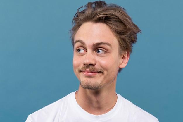 Młody mężczyzna uśmiechnięty portret