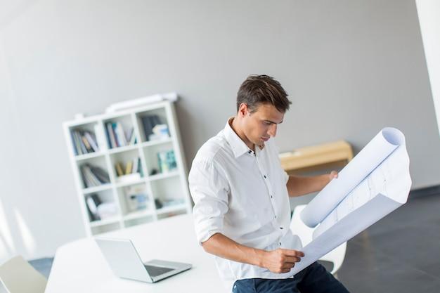 Młody mężczyzna w biurze