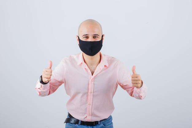 Młody mężczyzna w ochronnej masce na twarz