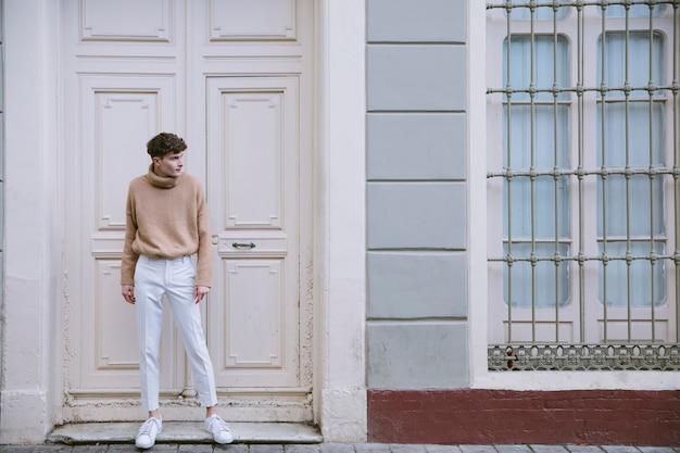 Młody mężczyzna w stroju casual stojący