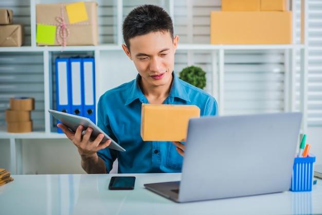 Młody mężczyzna, właściciel firmy z sektora mśp, otrzymał zamówienie online.