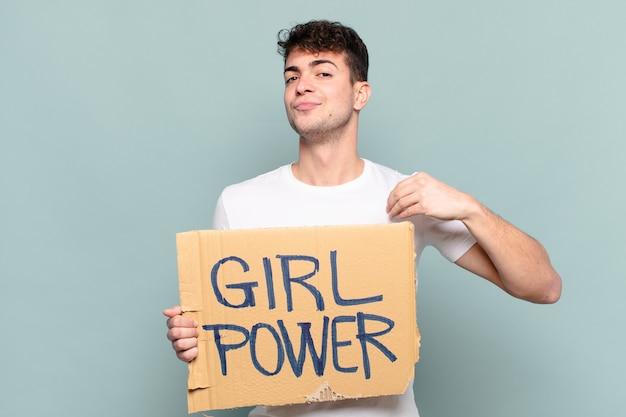 Młody mężczyzna wyglądający arogancko, odnoszący sukcesy, pozytywny i dumny, wskazujący na siebie