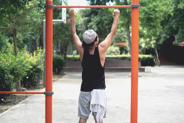 Młody mężczyzna wykonujący ćwiczenia uliczne na świeżym powietrzu