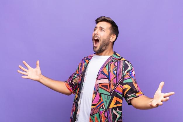 Młody mężczyzna wykonujący operę lub śpiewający na koncercie lub pokazie, czujący się romantycznie, artystycznie i namiętnie