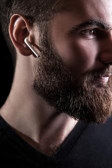 Młody mężczyzna z bezprzewodową słuchawką
