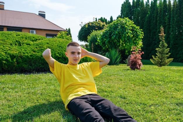 Młody mężczyzna z niepełnosprawnością ćwiczący na podwórku