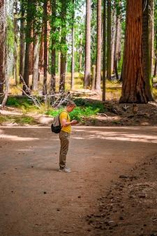 Młody mężczyzna z plecakiem spaceruje po malowniczym parku narodowym sequoia usa