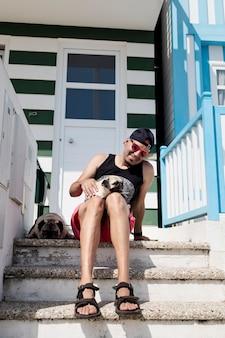 Młody mężczyzna z psami na letnich wakacjach w costa nova aveiro portugalia