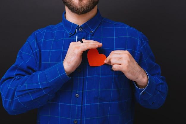 Młody mężczyzna z sercem papieru
