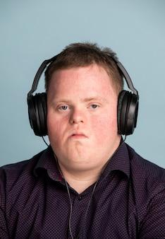 Młody mężczyzna z zespołem downa słucha wiadomości