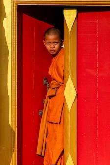 Młody mnich nowicjusz w zabytkowym parku ayutthaya