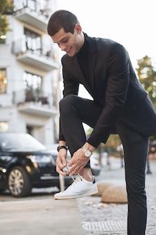Młody modny biznesmen.