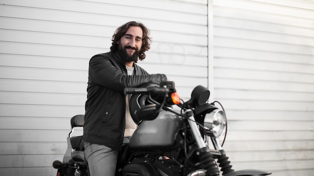 Młody motocyklu jeździec na jego rocznika rowerze