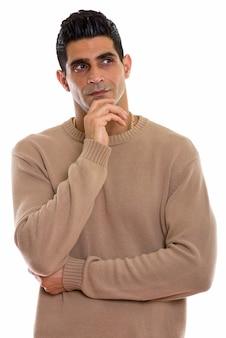 Młody muskularny mężczyzna perski myśli ręką na brodzie