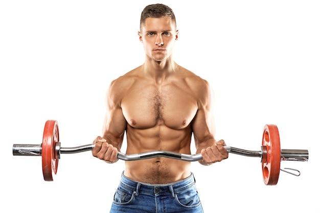 Młody muskularny mężczyzna robi biceps sztangi curl ćwiczenia na białej ścianie