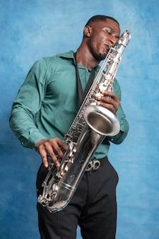 Młody muzyk afroamerykanin świętuje międzynarodowy dzień jazzu