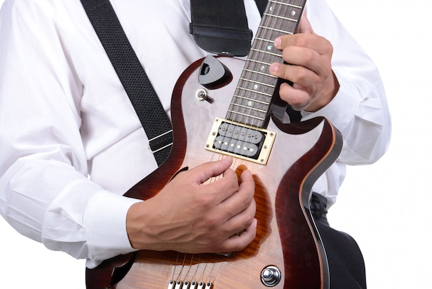 Młody muzyk bawić się gitarę, odizolowywającą