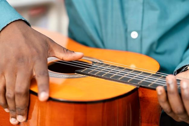 Młody muzyk świętujący międzynarodowy dzień jazzu