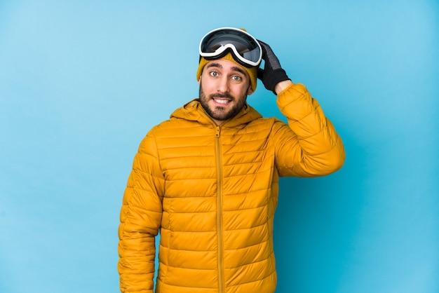 Młody narciarz kaukaski mężczyzna odizolowany w szoku, przypomniała sobie ważne spotkanie.