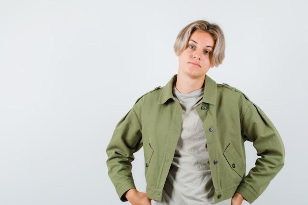 Młody nastolatek chłopiec w koszulce