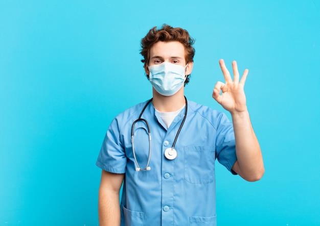Młody nastolatek człowiek szczęśliwy wyrażenie. koncepcja pielęgniarki