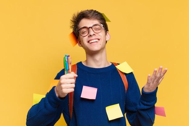 Młody nastolatek człowiek szczęśliwy wyrażenie. koncepcja studenta uniwersytetu